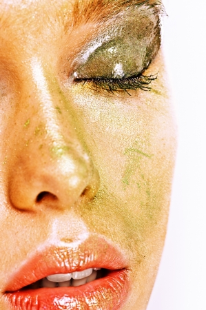 blindly: La mitad de la cara de la joven y bella mujer con maquillaje