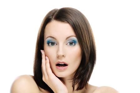 stark: Junge sch�ne Frau mit dunklem Haar war stark �berrascht, mit Verwunderung mit leicht ge�ffneten Mund, auf wei�em Hintergrund.