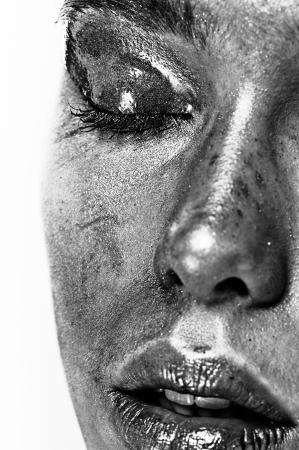 blindly: La mitad de la cara de hermosa mujer joven con maquillaje blanco y negro Foto de archivo