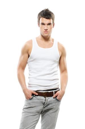 earnest: Retrato de hombre de pelo oscuro guapo trata de j�venes vistiendo la camiseta y jeans sobre fondo blanco.