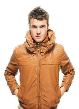 chaqueta de cuero: Retrato de hombre serio guapo vistiendo chaqueta de cuero sobre fondo blanco. Foto de archivo