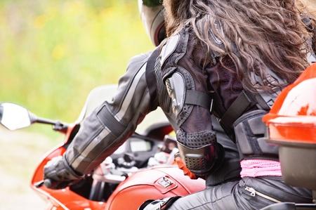 motociclista: Joven pareja conducir moto roja.
