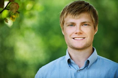 hombre flaco: atractivo joven permanente verano Parque sonriendo Foto de archivo