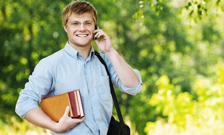 directorio telefonico: hombre de negocios que llevaba gafas bolsa hombro hablando de libretas de teléfonos