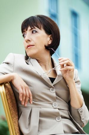 donna seduta sedia: donna ritratto seduta occhiali sedia torn� indietro