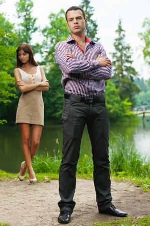 arbol de problemas: retrato de joven pareja pelea contra el verano en Lake Forest Foto de archivo