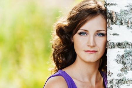 Porträt junge charmante Frau traurig, einsam lehnte Birke Hintergrund Sommer Natur Standard-Bild