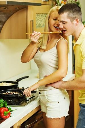 девушка в переднике и чулках готоывит завтрак фото