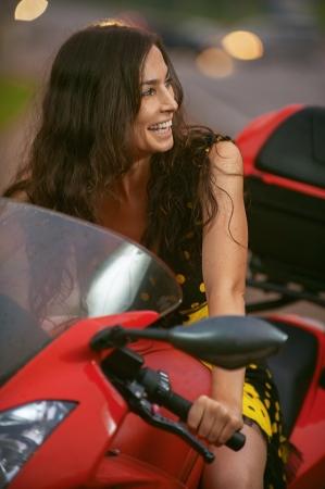 moteros: Mujer joven con la bici agradable en carretera.