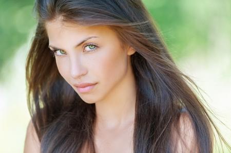 junge nackte mädchen: Portrait der schönen jungen Frau, gegen Sommer grünen Parks. Lizenzfreie Bilder