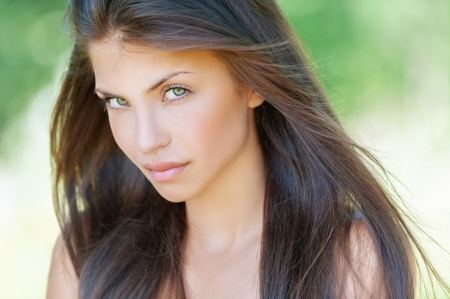 young nude girl: Portrait der schönen jungen Frau, gegen Sommer grünen Parks. Lizenzfreie Bilder