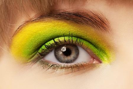 ojos marrones: Primer plano de una mujer joven con sombra de ojos y rimel. Foto de archivo