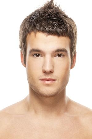 viso uomo: Ritratto del volto di giovane uomo da vicino, su sfondo bianco. Archivio Fotografico