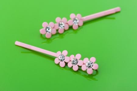 barrettes: Due mollette rosa sono sul tavolo verde lucido. Archivio Fotografico