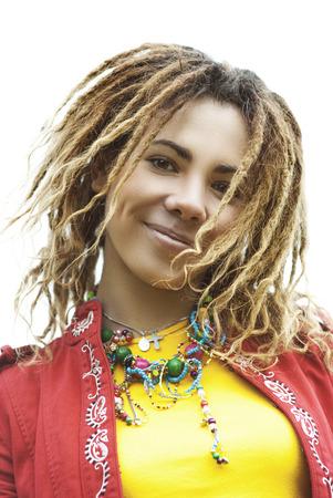 dreadlocks: Joven sonriente hermosa mujer con rastas en ropa de color rojo de cerca. Foto de archivo