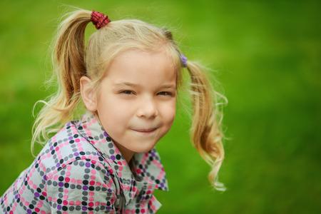 cola mujer: Retrato de niña bastante riendo jugando en el Parque de verano verde.