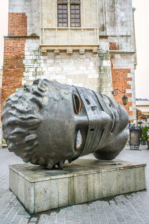eros: Eros Bendato da Igor Mitoraj (Eros Bound) (bronzo), del 1999, mostra a Cracovia, in Polonia, 2003 r. Archivio Fotografico