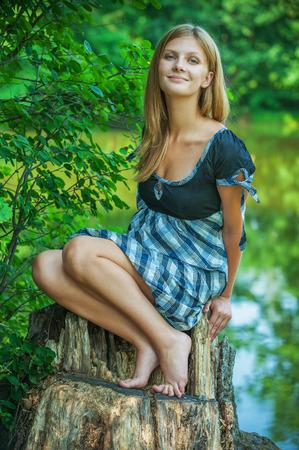 pies sexis: Sonrisas de mujer joven en resguardo, en el Parque de la ciudad de verano.