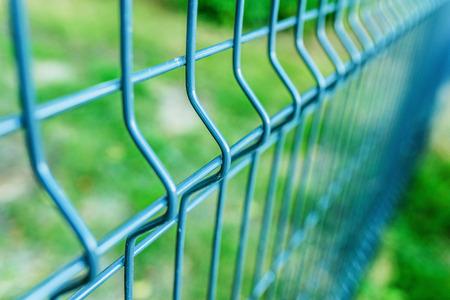Metalen hek draad, geschilderd in blauwe kleur. Stockfoto