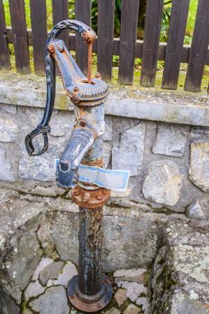 dispense: Tubo vertical es tuber�a independiente equipada con grifo que se instala en el exterior para dispensar agua en las zonas que no cuentan con suministro de agua corriente a los edificios. Foto de archivo