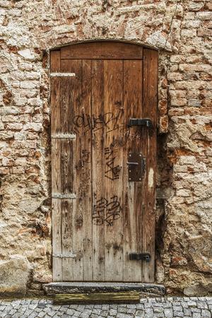 puertas viejas: Puerta de madera masiva en una antigua fortaleza Europa.