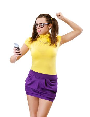 cola mujer: Ofendido niña-adolescente con el teléfono, aislado en blanco.