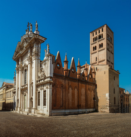 cattedrale: Mantua Cathedral (Cattedrale di San Pietro apostolo, Duomo di Mantova) in Mantua, Lombardy, northern Italy, is a Roman Catholic cathedral dedicated to Saint Peter. It is the seat of Bishop of Mantua. Stock Photo