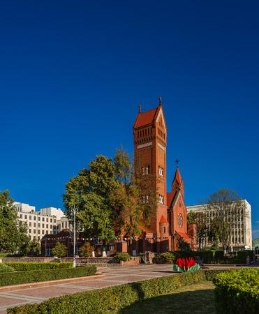 angel de la independencia: Iglesia de los Santos Sim�n y Elena tambi�n conocida como la Iglesia de la red es una iglesia cat�lica romana en la Plaza de la Independencia en Minsk, Bielorrusia.