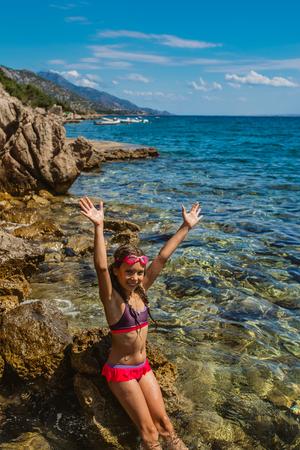 traje de bano: Niña hermosa cerca de la playa del mar Adriático.