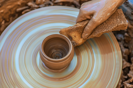 alfarero: Hands of young potter, was produced on range of pot.