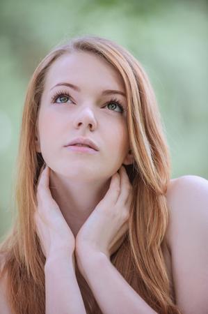 girls naked: Портрет спокойной красивая молодая женщина с голыми плечами, против зеленого летнего парка. Фото со стока