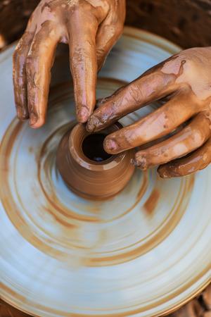 alfarero: Manos de los j�venes alfarero, se produjo en la gama de olla.