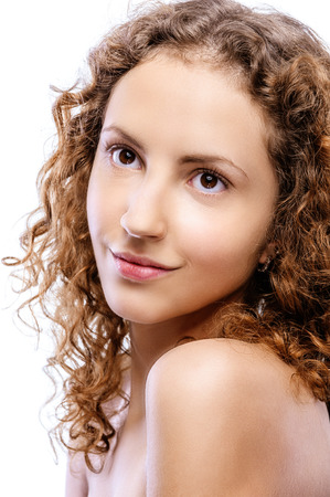 mujeres jovenes desnudas: Hermosa mujer rizada joven con hombros desnudos sonríe, en fondo blanco.