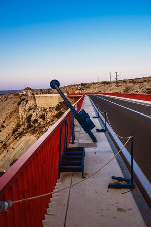 bungee jumping: Puenting en el puente de Maslenica es un puente de arco de la cubierta que lleva la carretera estatal D8 aproximadamente a 1 km al oeste del asentamiento de Maslenica, Croacia