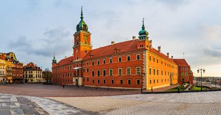 Het panorama van Koninklijk Kasteel in Warshau, Polen is kasteelresidentie en was officiële woonplaats van Poolse monarchen. Het bevindt zich aan het Kasteelplein, bij de ingang van de oude binnenstad van Warschau.