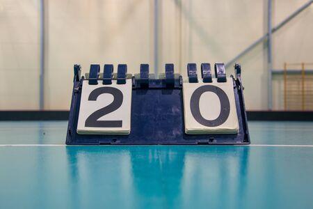 Il tabellone segnapunti all'interno della palestra sul pavimento mostra il risultato 2:0
