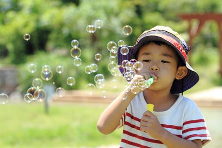日本男児のシャボン玉を吹く 写真素材
