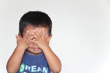 Peek a boo さんをしている日本の少年
