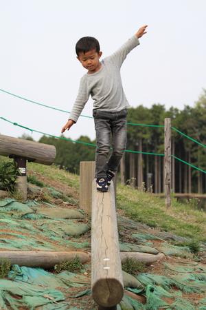 日本男児の平均台 写真素材 - 32407800