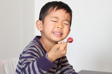 日本男児のイチゴを食べる 写真素材