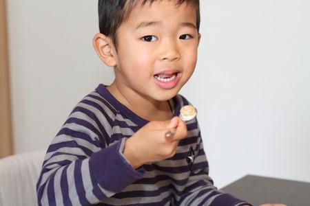日本男児の穀物を食べて 写真素材
