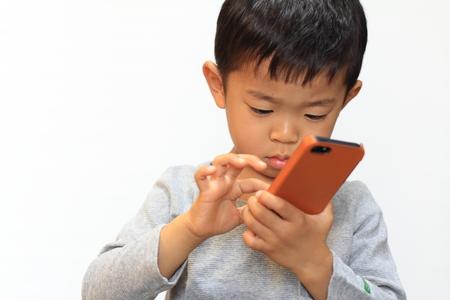 日本男児のスマート フォンを使用して 写真素材 - 32407882