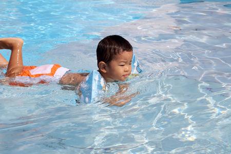 (1 歳) のプールで泳いでいる日本の少年