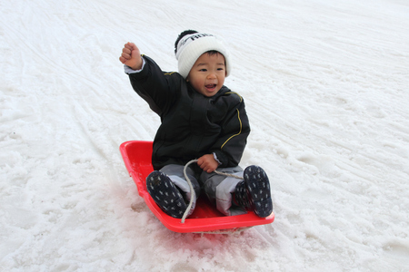 Japanese boy on the sled (2 years old) Banque d'images