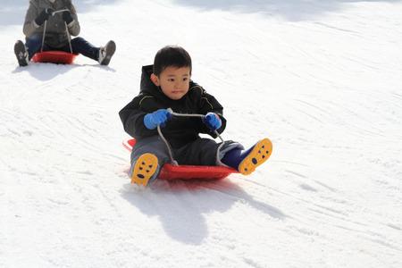 そり (3 歳) の日本のボーイ 写真素材