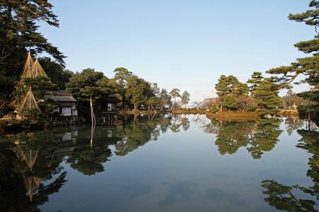 tea house: Kasumi pond and tea house in Kenroku-en Stock Photo