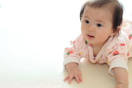 クロールの赤ちゃん女の子 (日本の赤ちゃん)