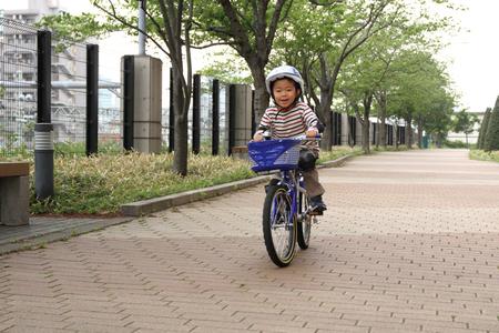 日本男児の 5 歳自転車に乗る 写真素材