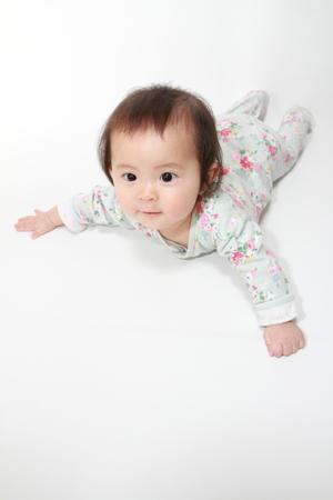 日本の赤ちゃん女の子 0 歳をクロール