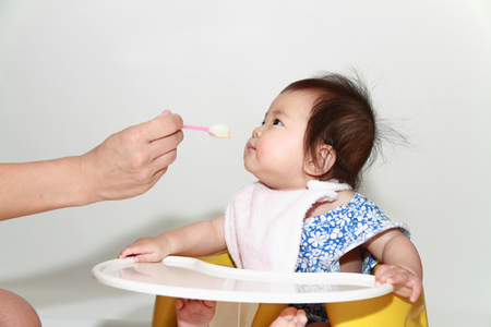 Japanese baby girl eating baby food (0 year old) Banque d'images
